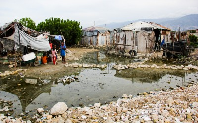 In addition to the many illnesses to which residents are exposed, many of the improvised huts for the dwelling are in areas of high risk of contamination and collapse since they are made of pieces of plastic or iron brought by the sea of garbage. Port-au-Prince, Haiti, 2012.
