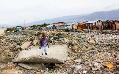 Resident child plays in the immensity of sand and is at risk of being contaminated by various diseases. According to the UN, garbage has been deposited in the region for about two years and contact with it is at a high risk. Port-Au-Prince, Haiti, 2012.