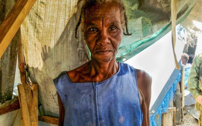 After losing everything in the earthquake, this old lady of 82 years lives in a stall of canvas and stones, without any food, personal object or movéis. In his house - two square meters - there is not even a mattress or another piece of clothing. Just water. Port-au-Prince, Haiti, 2012.
