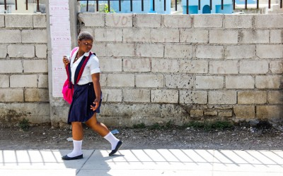 Even after the earthquake, in which thousands lost their homes and lives, many haitians, with better financial conditions, go to school in search of good opportunities and knowledge of the French language, since the dialect spoken in Haiti is Creole. Port-au-Prince, 2012.