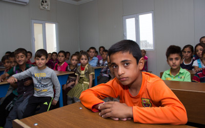 Promoted by NGOs, in this case German, some schools operate in the fields, although crowded. Teachers who teach in schools complain that many children do not go to school for lack of food, clothing, or school supplies and demand better conditions and more attention. Cover II Refugee Camp, Iraq (Iraqi Kurdistan).